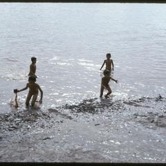 Boat races : kids in water