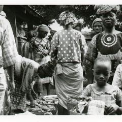 Buying Kola (Obi Abata) in Pods Oshu market