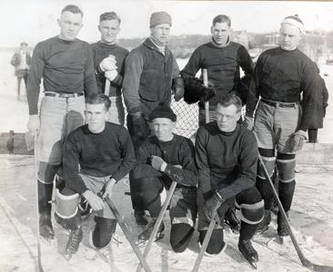 UW varsity ice hockey team