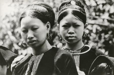 Two Lanten women with traditional hairstyle in Houa Khong Province