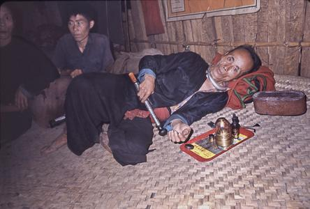 Naidan with opium pipe