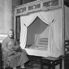 The abbot of the Pilu Si (Pilu Monastery) 毘盧寺 sits in his bedroom.