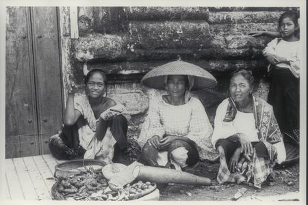 Female Filipino vendors, early 1900s