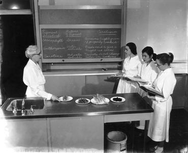 Flora Hanning teaching an experimental foods course