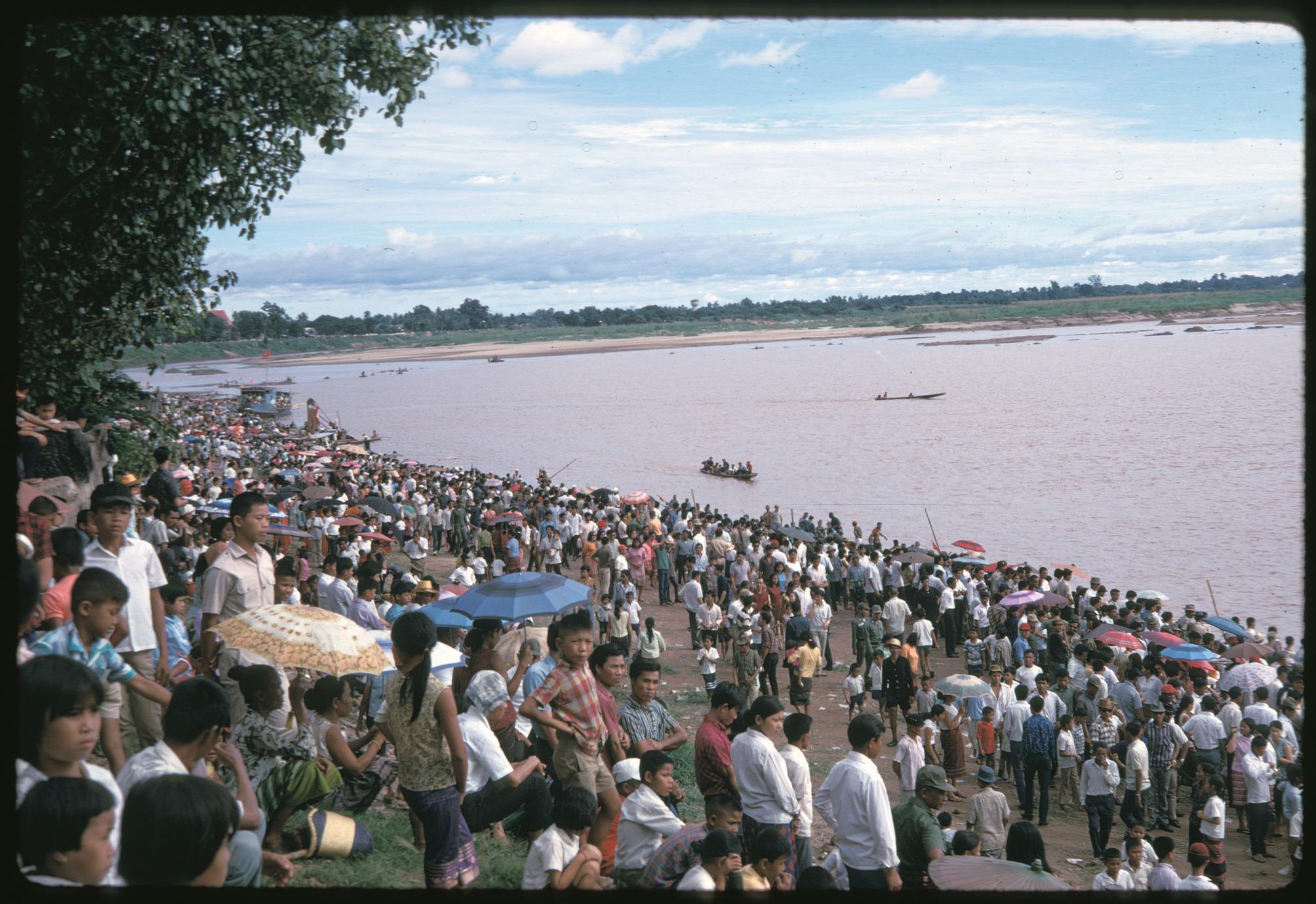 Boat races : crowd scene