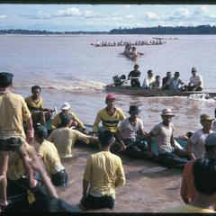 Boat races : tipping over pirogue at end of race (sequence)
