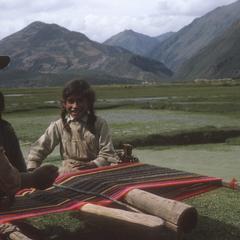 Women weaving, Cuzco to Sicuamí