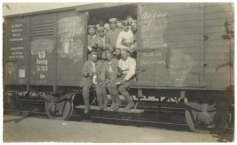 [Soldiers in railway car on their way to the Western Front]