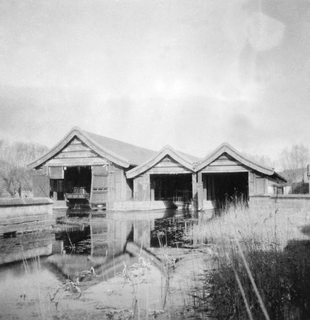 Yihe Yuan Chuan Wu (Boathouses in the Summer Palace) 頤和園船屋.