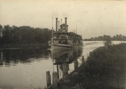 The Thistle underway on the Fox River, Wisconsin