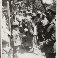 Weinzierl in Gespräch mit Gefangene Franzosen