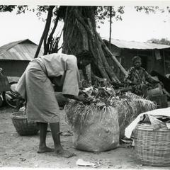 Woman packing kola at the Ilase market