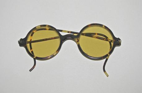 Tortoise shell frame glasses