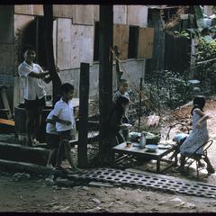 Tai Dam village : children eating lunch