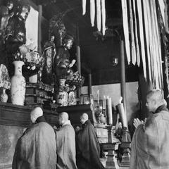 Monks at the Pilu Si (Pilu Monastery) 毘盧寺 kneel before the altar to recite the Jing Tu Wen (Pure Land Vow) 淨土文.