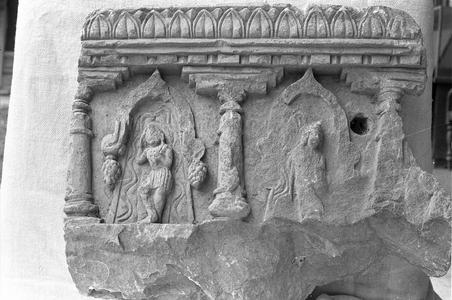 NG153, Figures under Arches