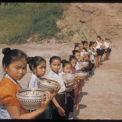 Pak Ou : children greeting guests