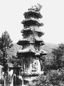A partially destroyed stone pagoda at Qixia Shan (Qixia Hill) 棲霞山 before reconstruction.