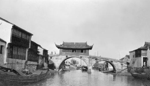 Bridge with three arches and a gallery in Suzhou 蘇州.