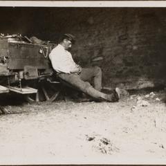 Der Komp.-Koch Franke bei einen Mittagsschläfchen auf dem Vormarsch nach Verdun 1916