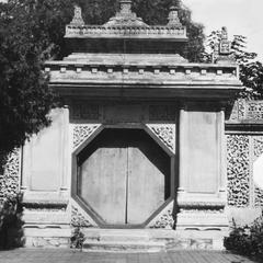 Octagon-shaped gate.