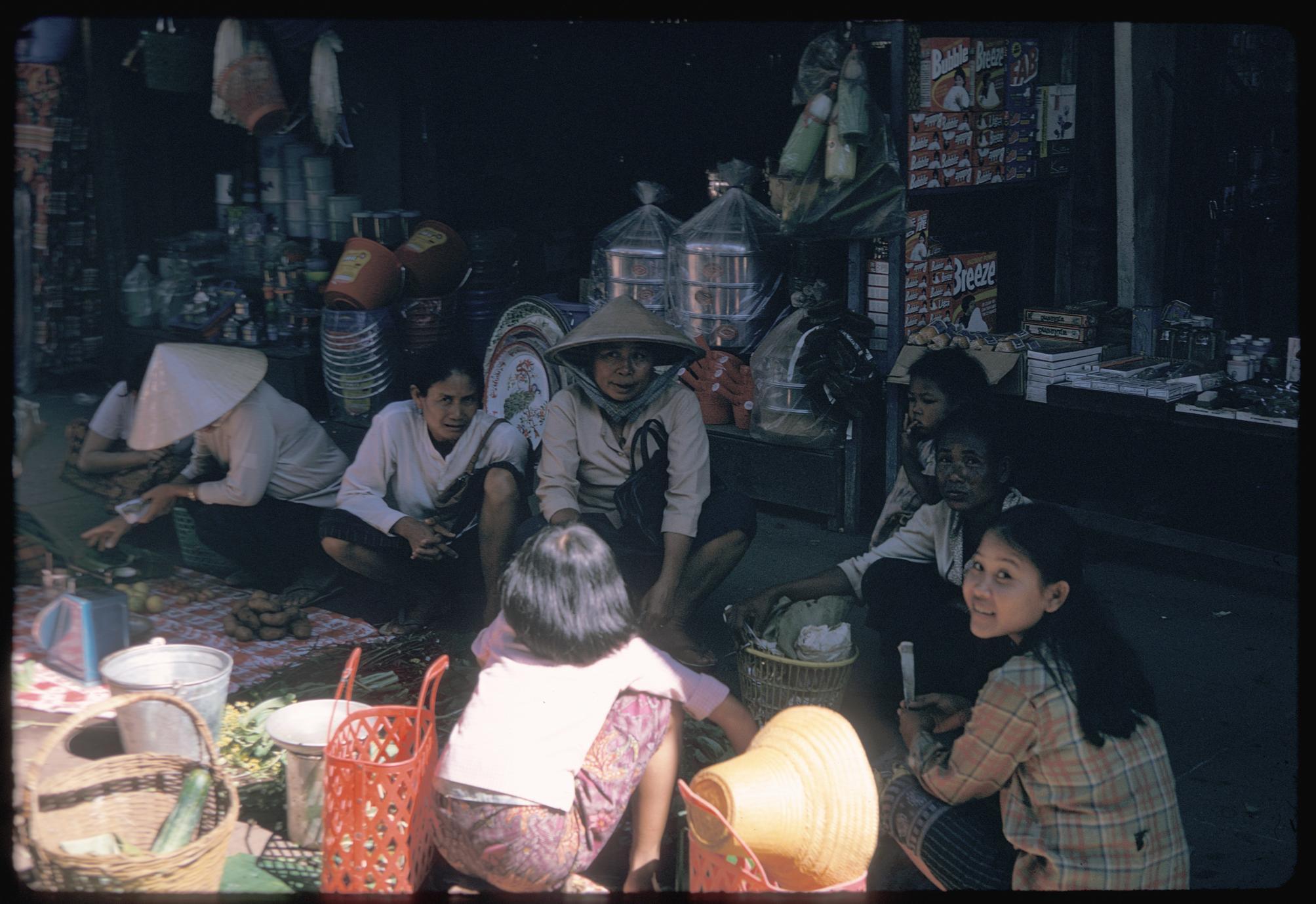 Morning Market : Vietnamese women