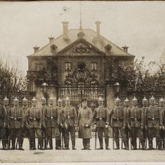 Die Wache im Schloß Fürstenried m. Ltn. Frhr v. Riedheim