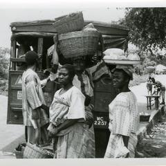 People arriving to market from Ibodi on lorries