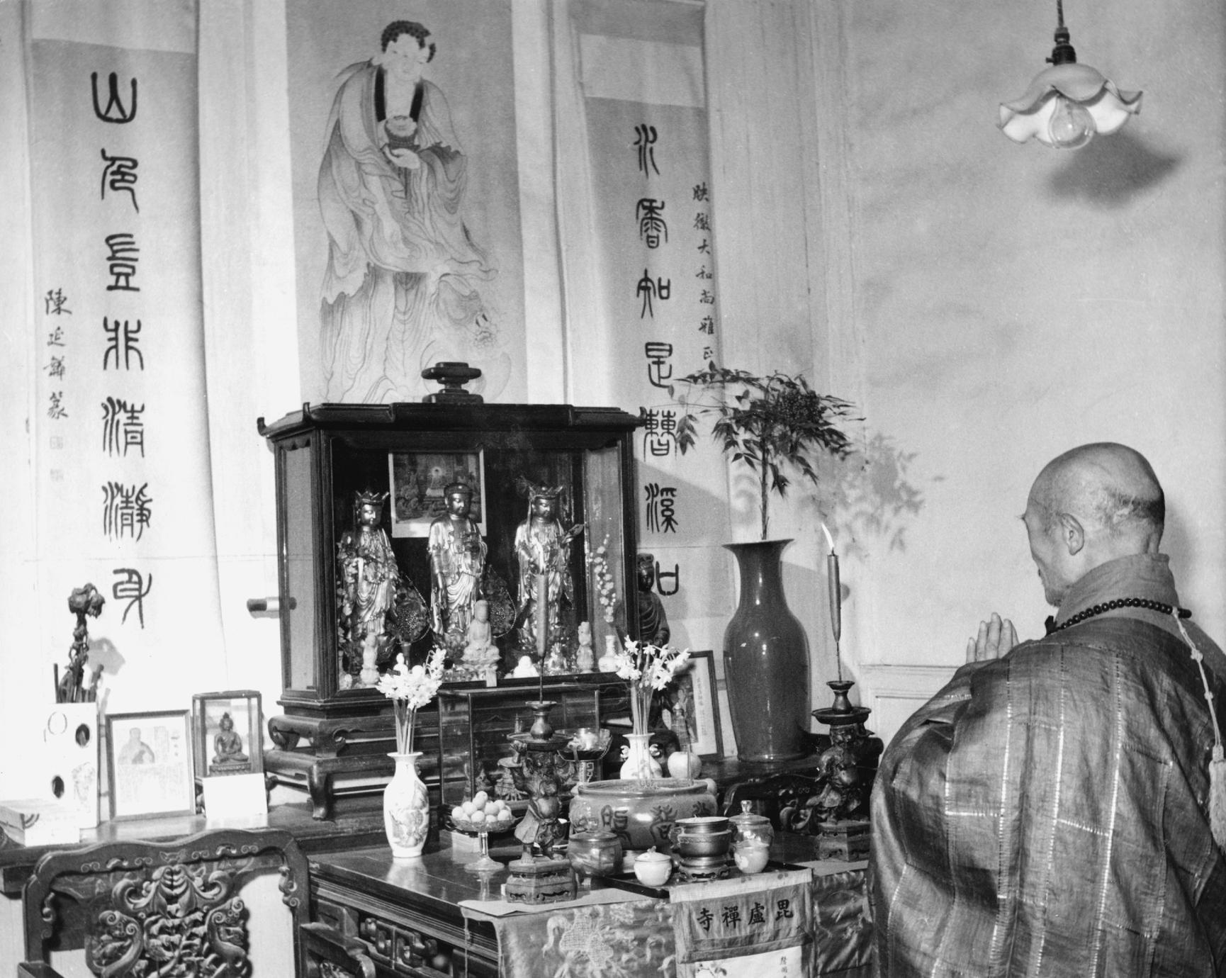 The abbot of Pilu Si (Pilu Monastery) 毘盧寺 kneels before his private altar.