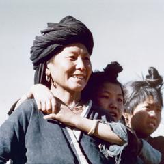 A White Hmong mother with daughters in Houa Khong Province