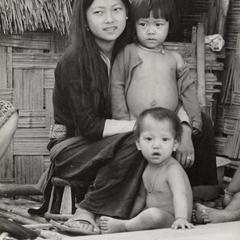 A White Hmong mother and children in Houa Khong Province