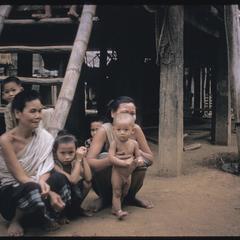 Phetsarath trip : village women and children