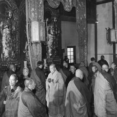 Monks at Pilu Si (Pilu Monastery) 毘盧寺 pace while reciting the Buddha's name.