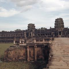 Angkor Wat : approach to main entry