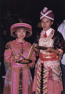 Two Hmong students eating at 1999 MCOR