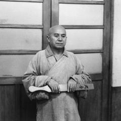 The Xunxiang 巡香 meditation patrol stands in front of the door.