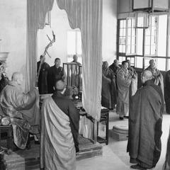 The abbot of Pilu Si (Pilu Monastery) 毘盧寺 preaches the Dharma in the Dharma Hall.