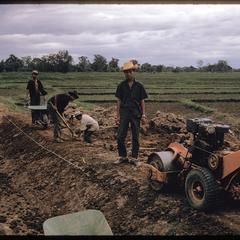 Tha Deua bend : USAID crew repairing dikes
