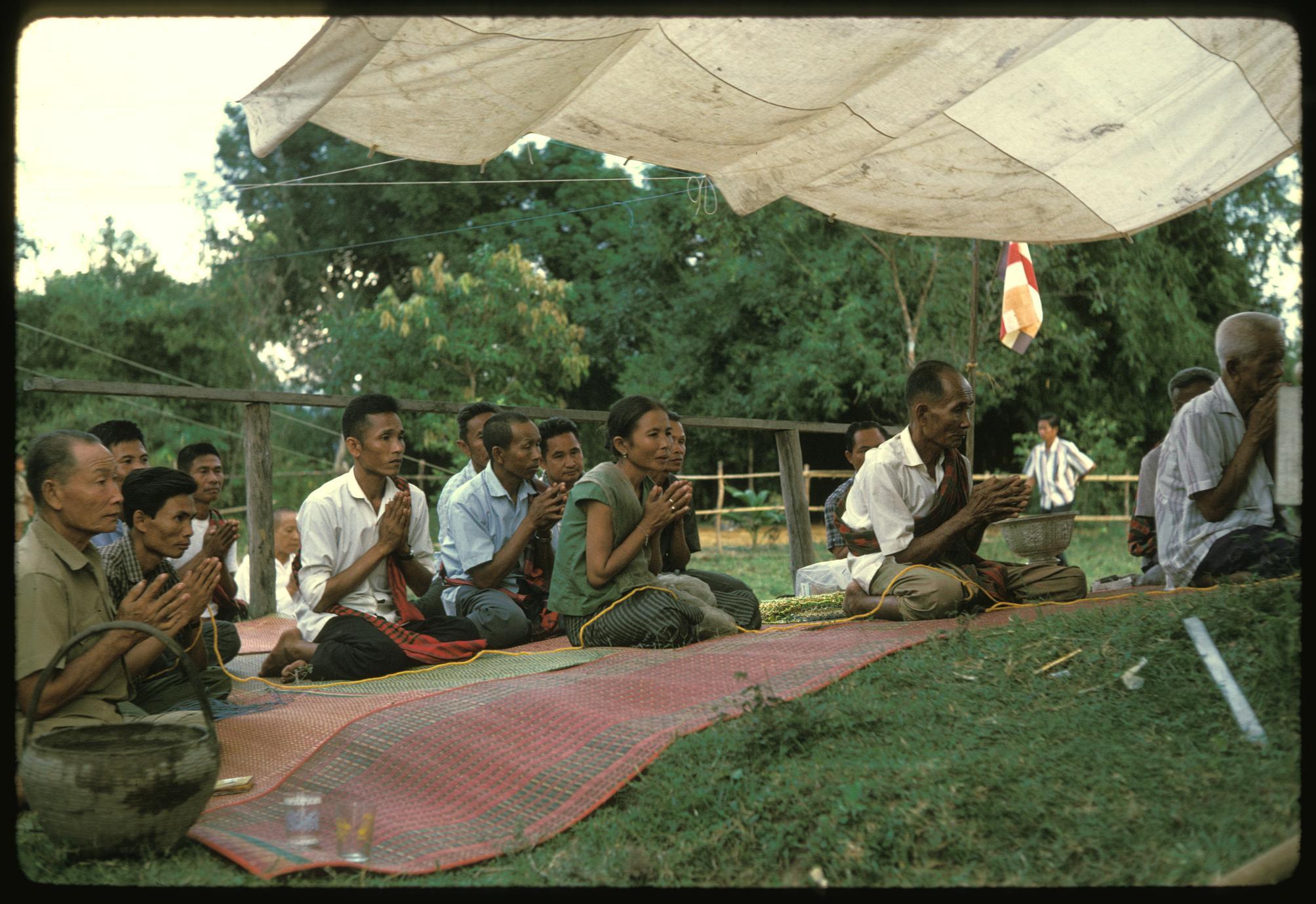 Ban Pha Khao : villagers praying