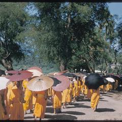 2500th Anniversary of Buddhism : parade, bonzes