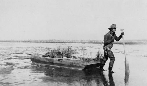 "Pulling the float ""Binnacle Bat II,"" Rio Grande River, New Mexico, 1918"