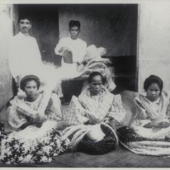 Native women making hats, Quezon (Tayabas), 1926