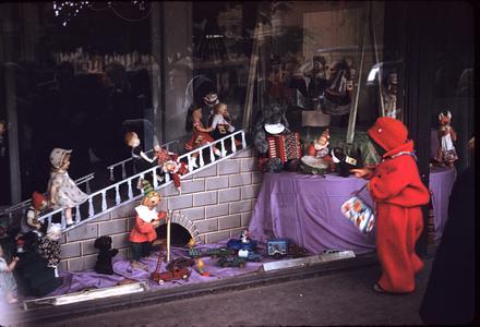 Window display with dolls
