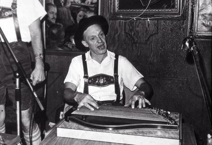 Roland Braun plays zither