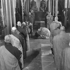 The abbot of the Pilu Si (Pilu Monastery) 毘盧寺 prostrates himself to the Buddha image during devotions in the Great Shrine Hall.