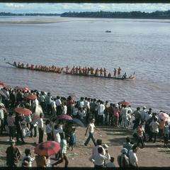 Boat races : rowing pirogues in mid-stream with crowd
