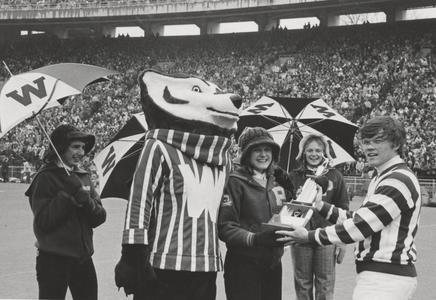 UW cheerleaders with Bucky Badger