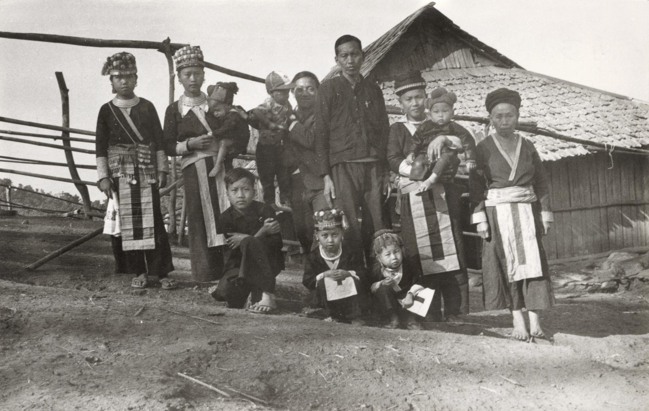 A White Hmong extended family in Houa Khong Province