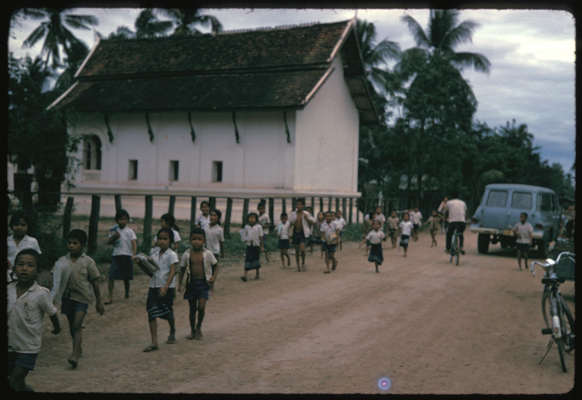 Tha Deua bend : schoolchildren on way home