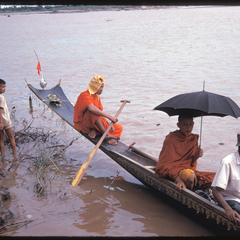 Boat races : monks in pirogue